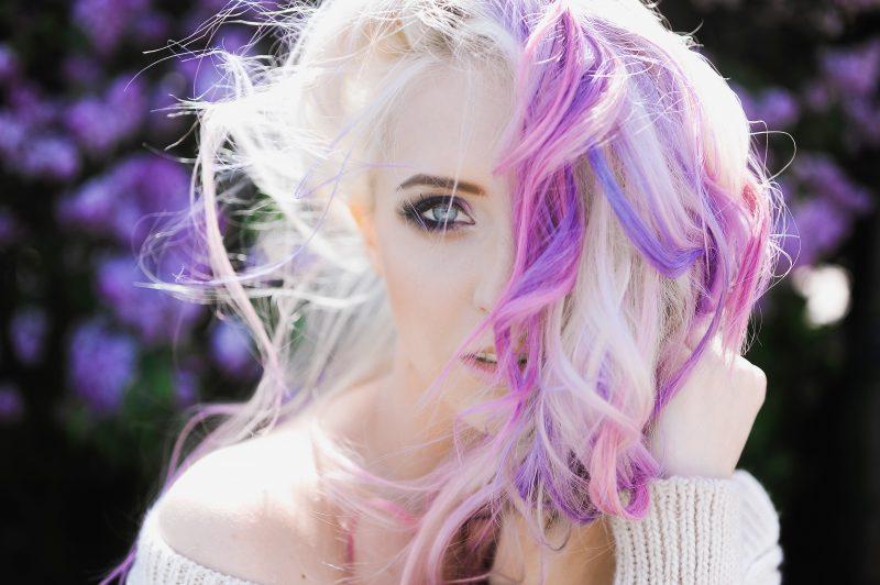 mechas-moradas-en-cabello-rubio-800x532-4830917